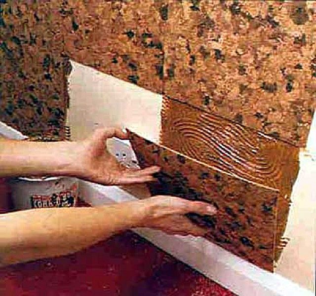 Наклеивание пробковых плиток на поверхность стены