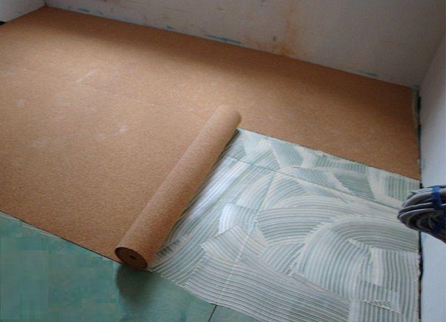 Наклеивание тонких пробковых полотен часто не требует процедуры «отлеживания» – материал хорошо ложится и так