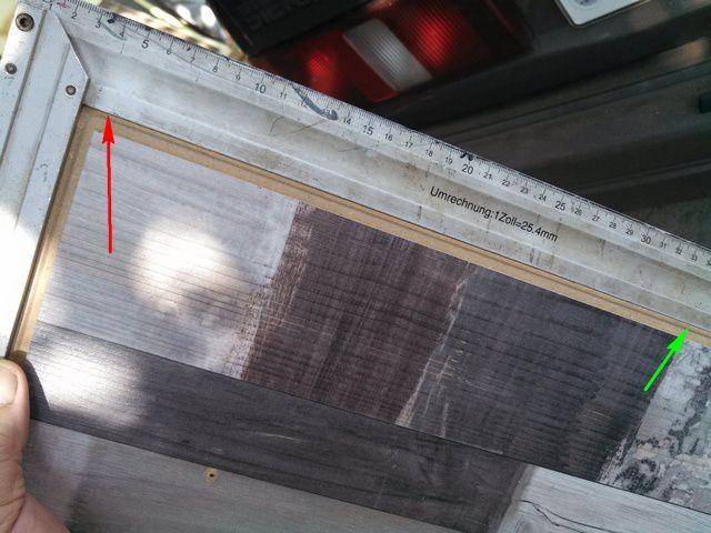 Красной стрелкой показан просвет – буквально полмиллиметра, говорящий о дефекте доски – ее стороны оказались не перпендикулярны