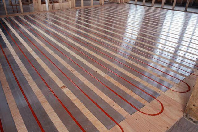 Водяной теплый пол по деревянному основанию – используются специальные теплообменные пластины
