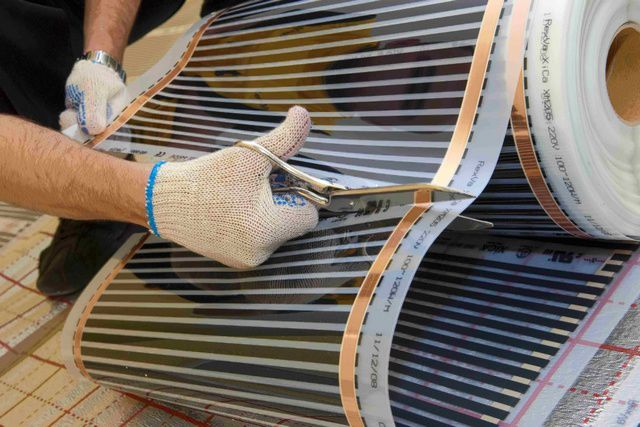 Инфракрасные пленочные нагреватели легко режутся обычными ножницами, но только по намеченным производителем линиям