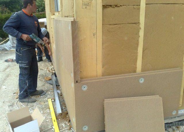 Наружное дополнительное утепление каркасного дома древесно-волокнистыми плитами.