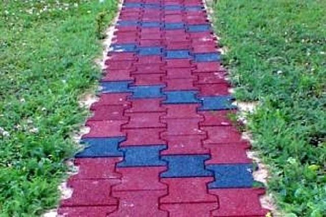 Садовая дорожка, выложенная плиткой из резиновой крошки