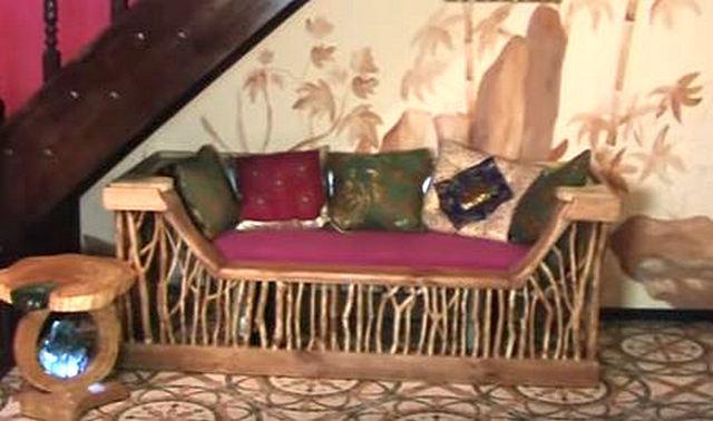 Если подключить креативность и придумать оригинальное оформление такого необычного дивана, то, поди потом, догадайся, что основой ему послужила старая ненужная ванна