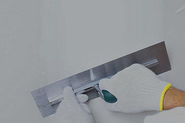 Финишной шпатлевкой предварительно выровненную стену доводят до идеала