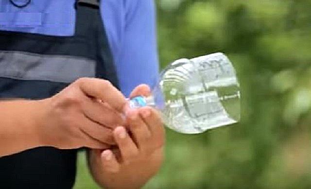 Первым шагом бутылки отрезаются примерно на треть высоты от горлышка, с них скручиваются пробки