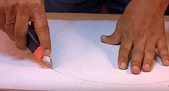 Вырезается основа – круглая панель, соответствующая размеру защитной решетки вентилятора
