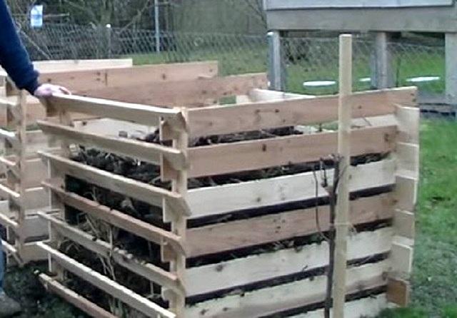 Такая конструкция позволяет быстро разобрать переднюю стенку до нужной высоты, чтобы набрать компост из контейнера