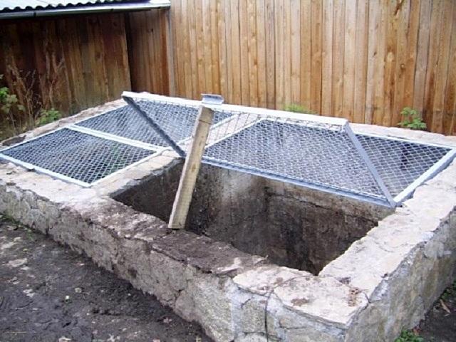 Кому-то нравится и такой «фундаментальный» подход – компостная яма с бетонированными стенками