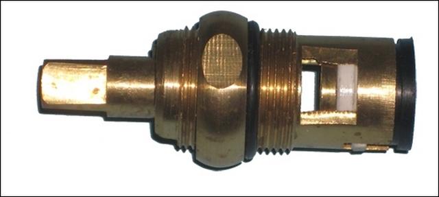 Принцип устройства корпуса, резьбовая часть для вкручивания в смеситель – без особых изменений, а вот клапанная часть – совершенно иная