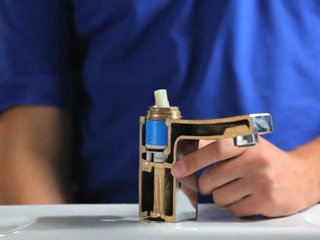 На иллюстрации хорошо показан принцип размещения картриджа в корпусе смесителя