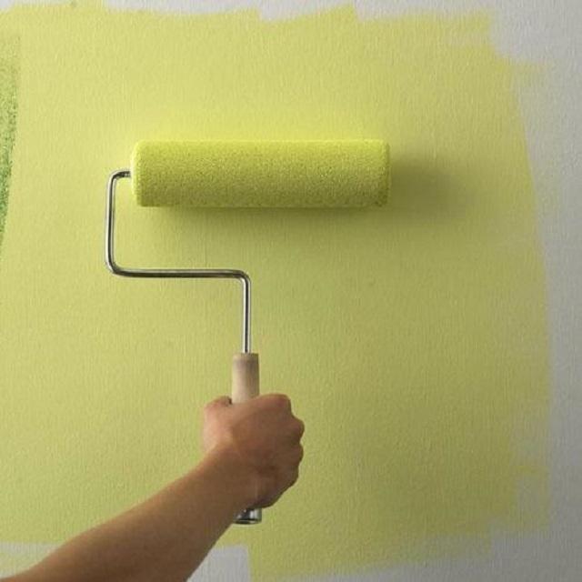 Краску нередко наносят непосредственно на наклеенный стеклохолст.