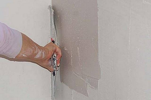 Нанесение финишной шпатлёвки на стеклохолст – материал выполняет в этом случае армирующую функцию.