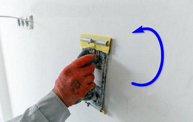 После просыхания шпатлевки, поверхность тщательно шлифуется, вручную или с применением специального электроинструмента, до идеальной гладкости