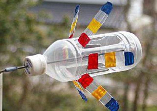 Для изготовления такого флюгера вертушки, на радость детям, потребуется всего одна пластиковая бутылка, металлический пруток и полчаса времени