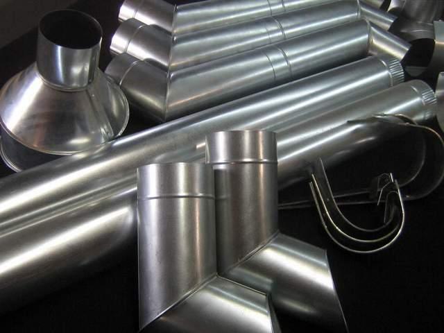Самые доступные по цене, довольно практичные и долговечные водостоки из оцинкованной стали. Внешний вид, возможно, проигрывает более современным системам, но многих это вполне устраивает
