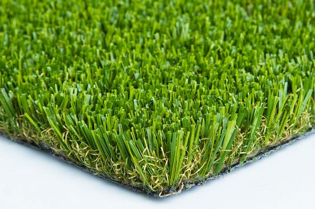Примерная структура искусственного газонного покрытия – водопроницаемое плотное основание и вплетенные в него «травинки» из полиэтилена.