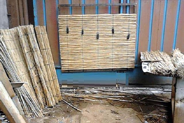 Нехитрый «станок» для изготовления камышового мата