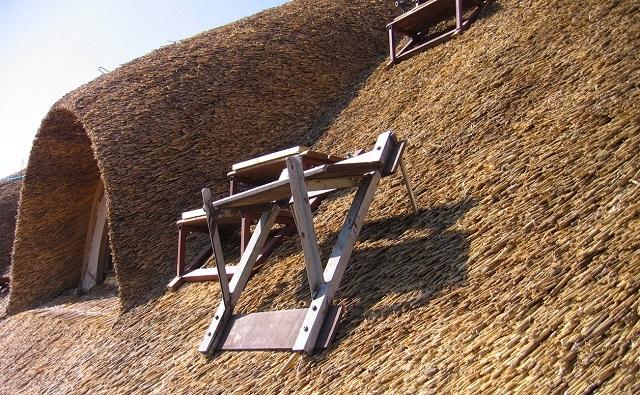 Специальные мостки-ступеньки – для безопасной работы при настиле камышовой крыши