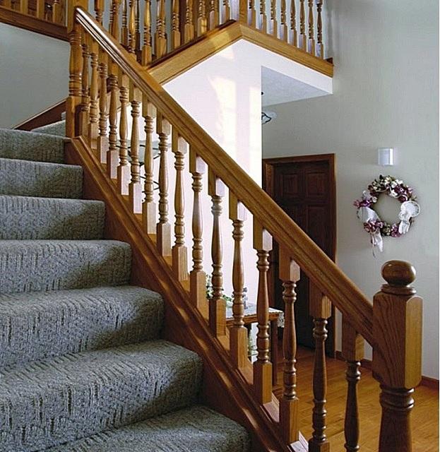 Балясины, установленные на тетиву лестницы – это позволяет избежать ненужного сужения лестничных ступеней