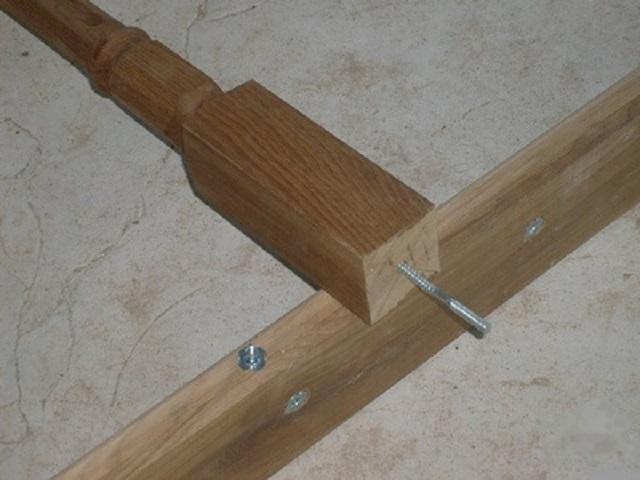 Шпилька на балясине будет вкручиваться в утопленные и посаженные на клей гайки