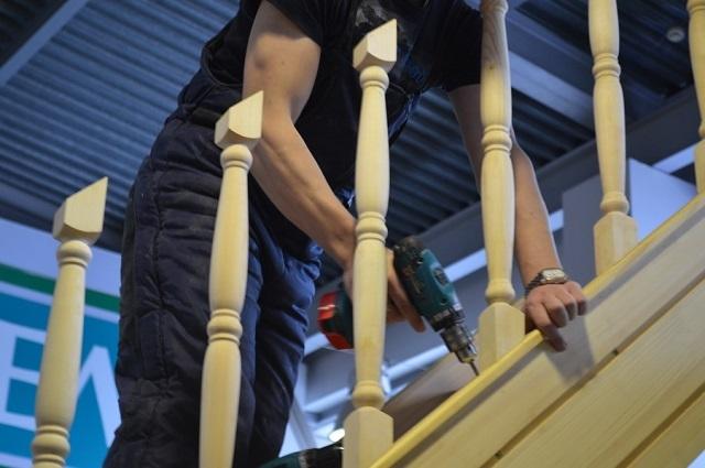 Не доставит особых проблем установка балясин с использованием саморезов. Шляпки крепежа после установки балюстрады маскируются шпатлёвкой по дереву