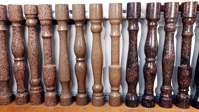 Красивые, долговечные, но очень дорогие и к тому же — мало подходящие к деревянным лестницам каменные балясины