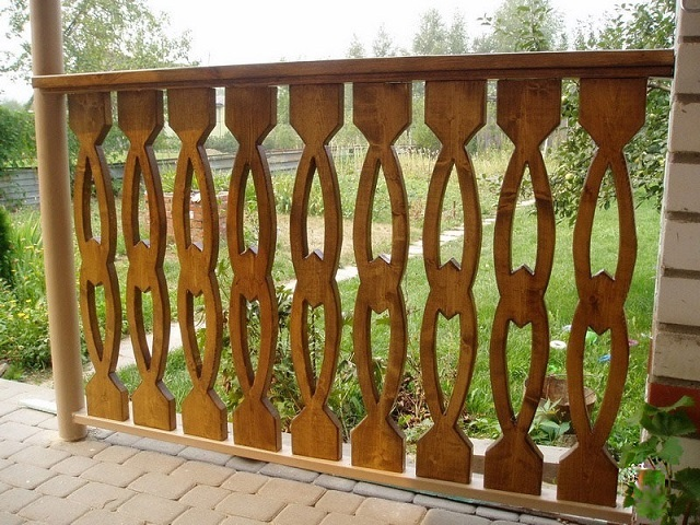 Плоские деревянные фигурные балясины: каждая из них аккуратно вырезана из цельной доски