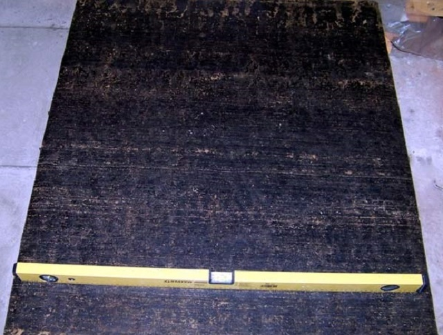 Готовый фундамент обязательно отделяется от кирпичной кладки слоем гидроизоляции – рубероидом