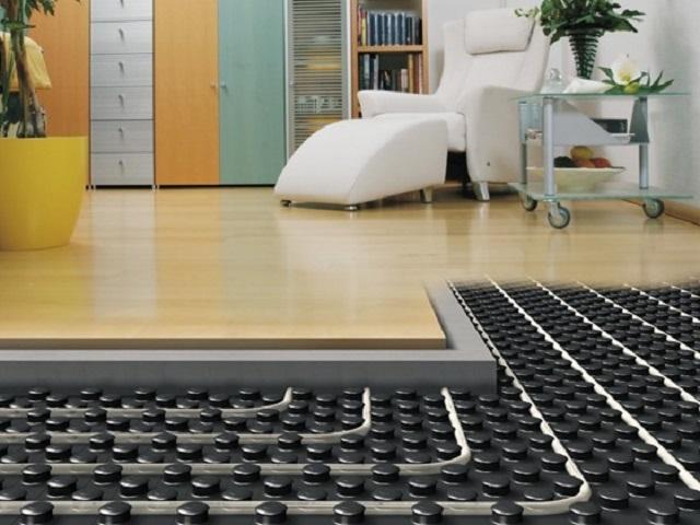 Чаще всего контуры водяного «тёплого пола» заключаются в бетонную стяжку, которая становится мощным аккумулятором полученного тепла. Но важно и то, чтобы этому теплу был обеспечен «выход» наружу, в сторону помещения