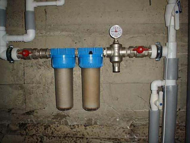 Вода, подаваемая в парогенератор, нуждается и в механической фильтрации, и в умягчении. Поэтому оптимальный вариант – ставить два фильтра каскадом