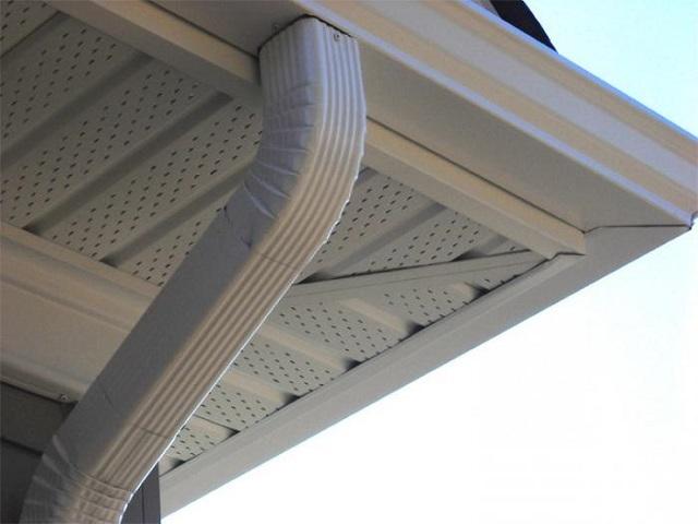 Перфорация софитных панелей создает условия для полноценной вентиляции подкровельного пространства, что необходимо для предотвращения скопления сырости со всеми ее негативными последствиями