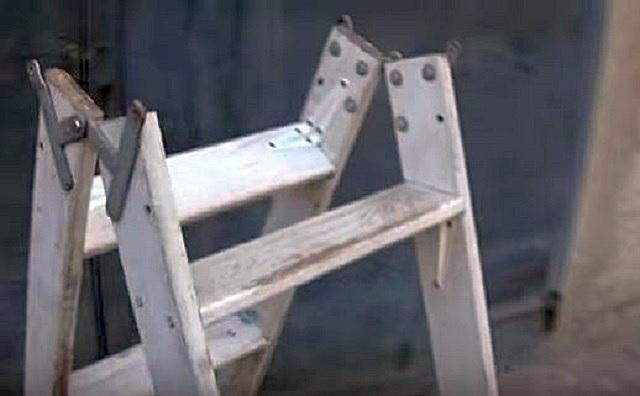 Дверные петли, даже самые мощные – все же не самый лучший вариант шарнира между двумя секциями лестницы. Лучше продумать иной соединительный узел, пусть даже и из самодельных деталей, изготовленных из стального листа.