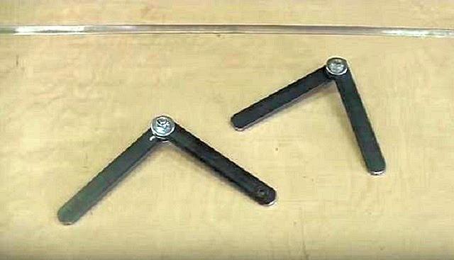 Подобные надежные шарнирные соединения для секций раскладной лестницы вполне можно изготовить и собственными силами