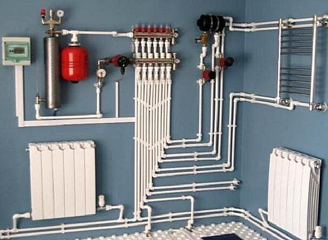 Один индукционный котел правильно выбранной мощности способен обеспечить нагретым теплоносителем несколько контуров разветвленной системы отопления. Естественно, при грамотной расстановке коллекторов и циркуляционных насосов.
