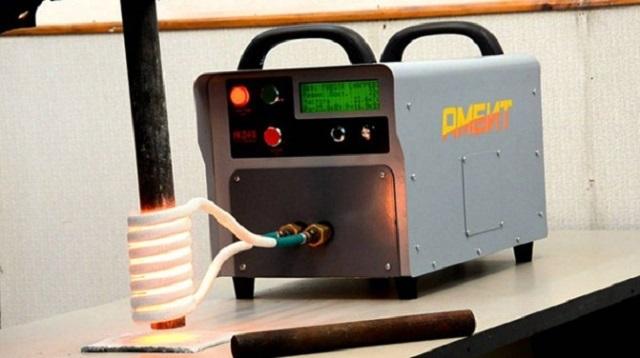 Принцип работы индукторного нагревателя хорошо виден на данном фото. Металлическая труба, попадающая под воздействие электромагнитного поля, создаваемого катушкой, подключенной к сварочному инвертору, нагревается докрасна в течение нескольких секунд.