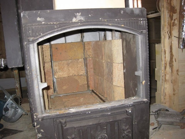 Облицовка ведется снизу вверх, от дна топочной камеры к ее потолку. Обязательно оставляются деформационные зазоры между шамотным кирпичом и металлическими поверхностями