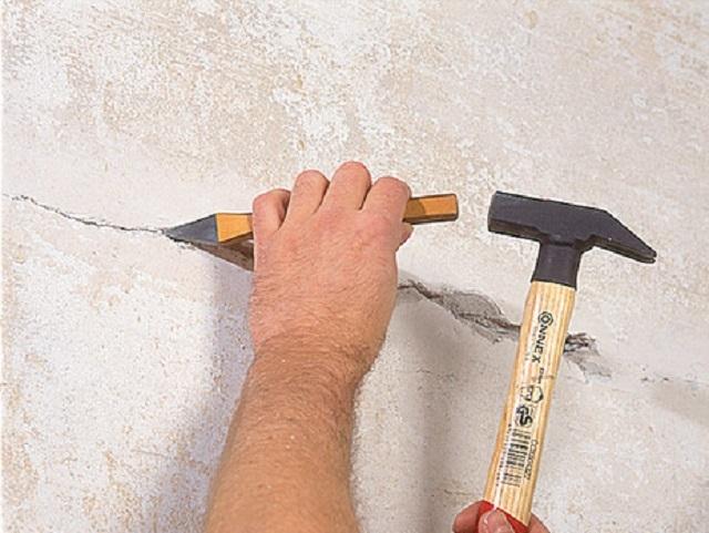 Выявленную трещину необходимо обязательно разделать, очистить от пыли, прогрунтовать, и лишь потом заполнить ремонтным составом