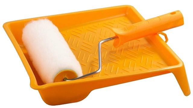 Использование малярной ванночки-лотка облегчает процесс грунтования, позволяет сделать его намного «чище», без ненужного перерасхода грунтовки