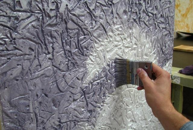 Очень оригинально будет смотреться рельефная стена «под бетон», если применить особые техники ее окрашивания
