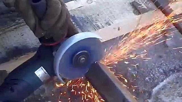 Первым шагом готовят несущие детали – тетивы, которые лучше всего изготовить из швеллера