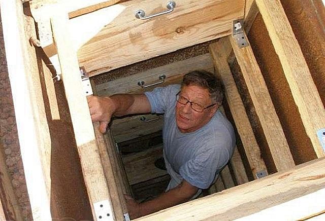 Такая вертикальная лестница-шахта занимает минимум пространства погреба