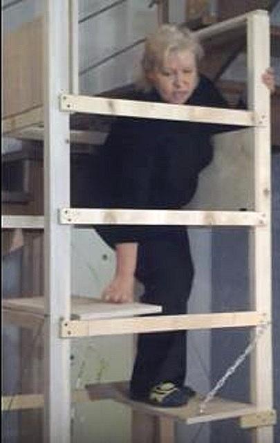 Упасть с такой лестницы, наверное, вообще невозможно
