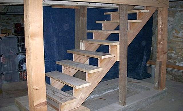 Самая удобная в плане эксплуатации, безусловно — маршевая деревянная лестница