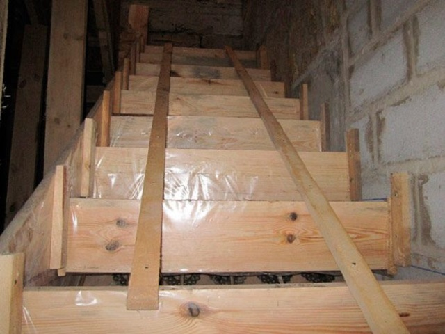 Установлены перемычки опалубки, которые зададут плоскость подступенков. Для надёжности они связаны продольными досками