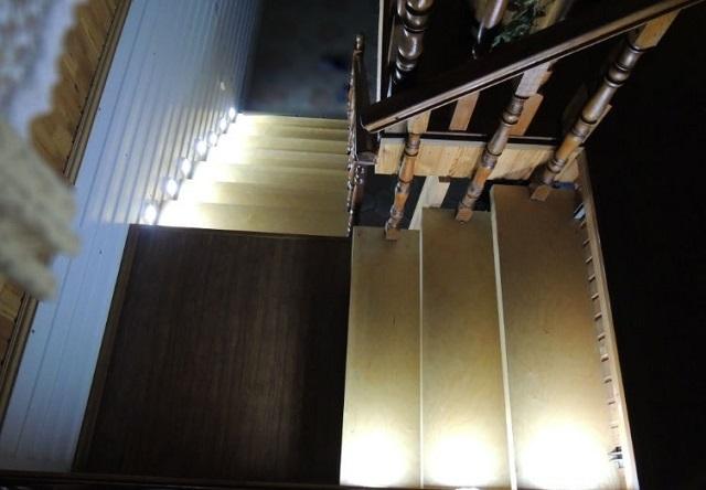 Мягкого, приятного, не особо интенсивного света с весьма рациональным расходом потенциала элементов питания – вполне достаточно для нормального освещения ступеней лестницы