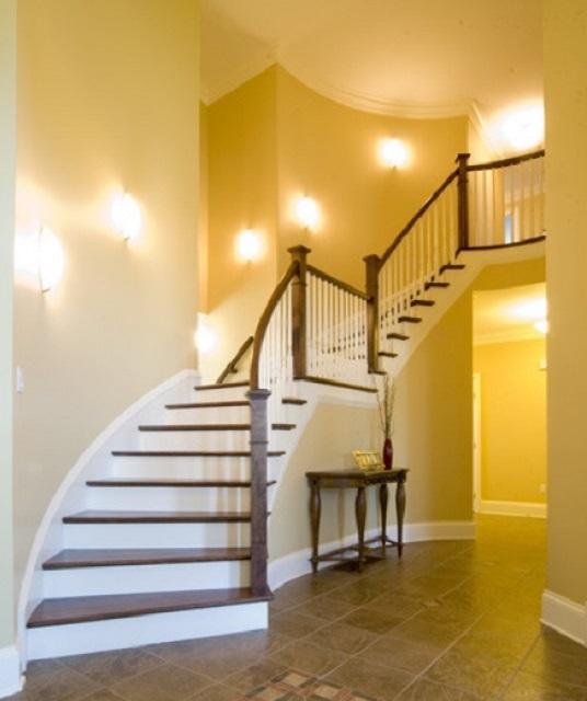 Настенные бра, навешенные вдоль лестничных маршей, вполне справятся с задачей эффективного их освещения